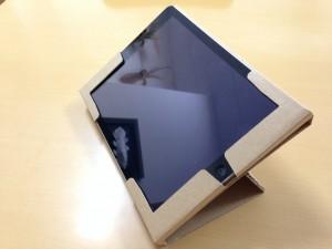 角度は2パターンあります!こちらは低いタイプ。机の上に置いて使うとしっくりする角度です。